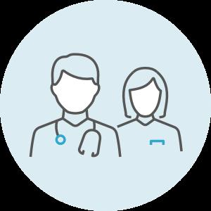 Zwei Personen mit medizinischer Qualifikation. Erkennbar durch Stethoskop und Kittel